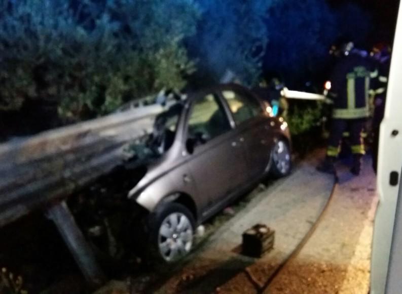 Auto contro guardrail: tre giovanissimi feriti gravi