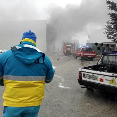 Incendio in un garage di via Stradivari: complesse le operazioni di spegnimento