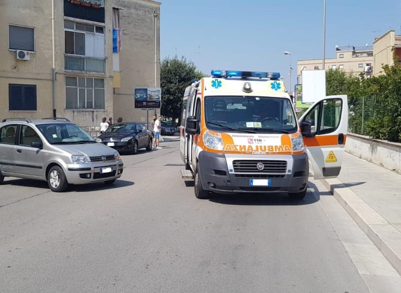 Auto fa inversione in viale Virgilio e colpisce ambulanza della Misericordia di corsa su di un intervento