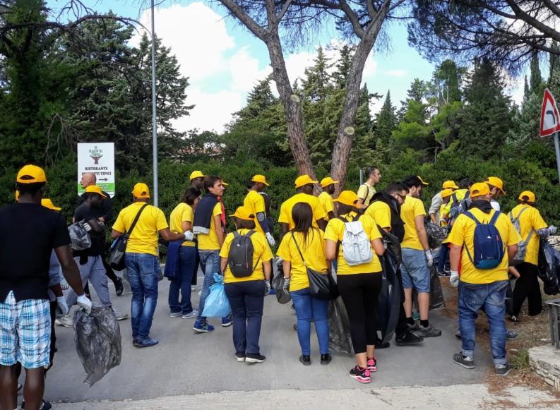 """""""Puliamo il Mondo"""": guanti e sacchi per volontari ed ospiti della Misericordia di Andria"""