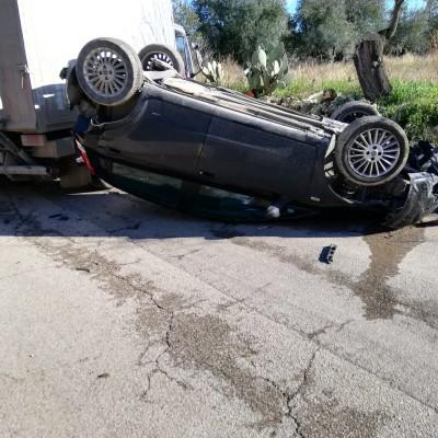 """Auto ribaltata in contrada """"Oliva Rotonda"""": due feriti in codice rosso soccorsi dal 118"""