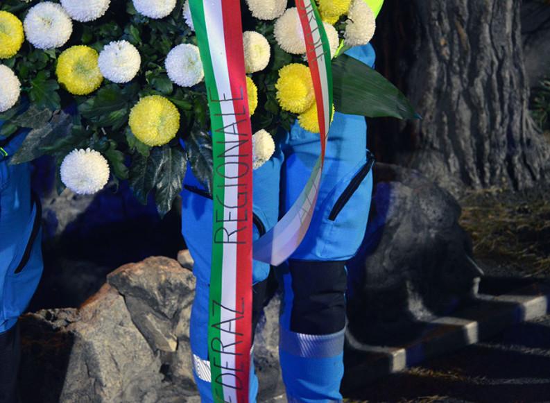 Vicinanza, ricordo e rispetto: un mazzo di fiori e preghiere delle Misericordie per i Vigili del Fuoco